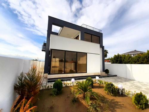 ویلا بانما جدید،کف حیاط سنگفرش ،در منطقه برند اپادانا